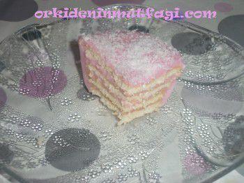 cilekli-pudingle-yapilmis-biskuvi-dosemesi1