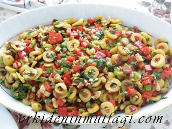 Kırmızı biberli yeşil zeytin salatası